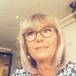 Les voyants et voyantes par téléphone sérieux : Jeune femme blonde portant des lunette pour une consultation par téléphone très précise